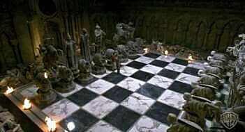 Zwerg Harry vor der Schachfigur