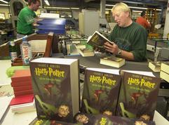 Mitarbeiter Bernd Johannsen �berpr�ft in der nordfriesischen Druckerei Clausen & Bosse in Leck den Druck der neuen Harry Potter-B�cher (Archivfoto vom 27.10.2003). Laut Umfragen ist der Zauberlehrling in Deutschland bekannter als G�nter Grass und rangiert mit Bundespr�sident Johannes Rau auf einer Stufe der Bekanntheitsskala. Und die Begeisterung f�r den Nachwuchsmagier h�lt nun schon seit f�nf Jahren an. Drei Jahre nach Ver�ffentlichung des letzten Bandes kommt der 768 Seiten starke f�nfte Band als deutsche Ausgabe am 8. November in die L�den. Harry Potter and the Order of the Phoenix k�nnte das am schnellsten verkaufte Buch der Geschichte werden.